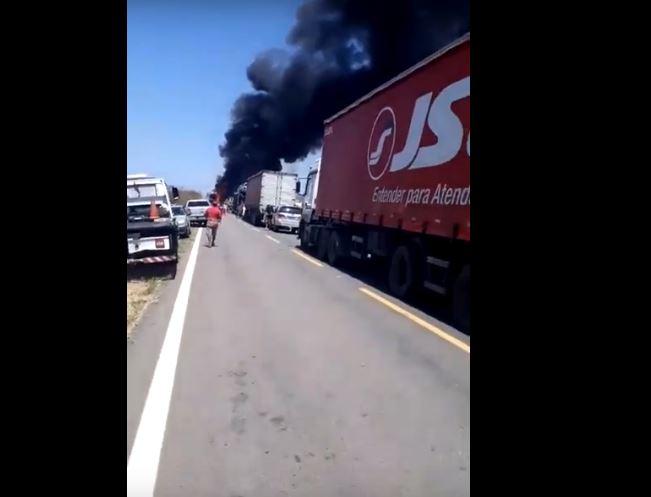 Capturar 77 - Incêndio destrói caminhão e mais seis veículos no Sertão da Paraíba - VEJA VÍDEOS