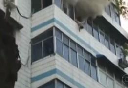 VEJA VÍDEO: Mãe morre após salvar os filhos jogando-os de um prédio em chamas