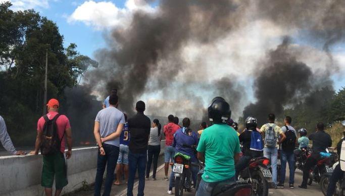 Protesto MST PE - PROTESTOS PARALISAM PARAÍBA: Movimento Sem Terra fecha duas rodovias em prol do presidente Lula