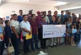 Prefeitura de Cajazeiras entrega cheques do Programa Empreender