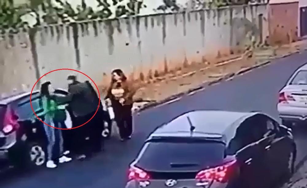 agressao pai - VEJA VÍDEO: Câmera de Segurança flagra pai agredindo filhos com socos em plena luz do dia