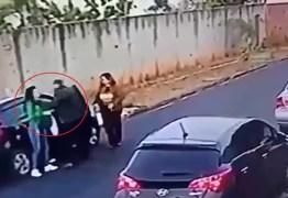 VEJA VÍDEO: Câmera de Segurança flagra pai agredindo filhos com socos em plena luz do dia