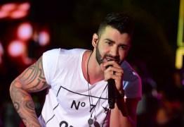 Gusttavo Lima é atingido por objeto no palco e atitude surpreende fãs: 'Aprende aí, Ferrugem'