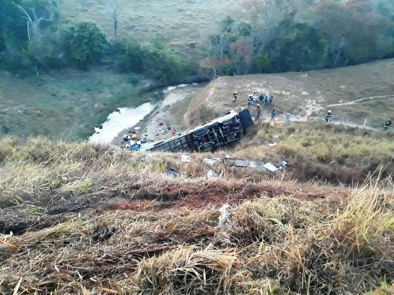 indice 1 - TRAGÉDIA: Ônibus capota na BR-146 deixando mortos e feridos, entre as vítimas fatais estão três Paraibanos