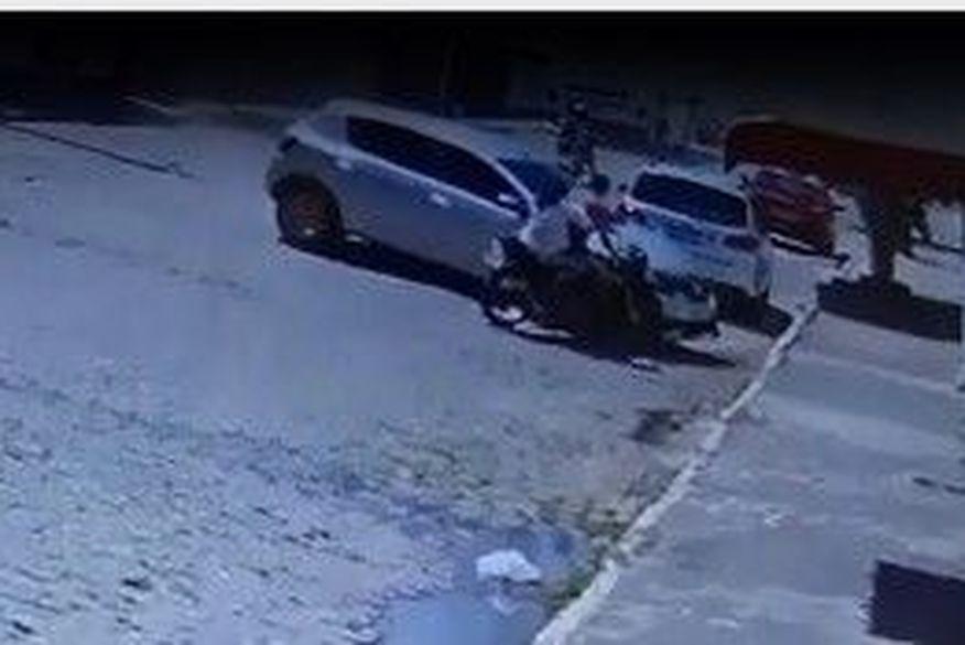 screenshot 2 - Motorista desgovernado bate em moto e duas pessoas são arremessadas em calçada