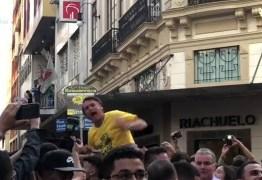 Bolsonaro não fará campanha nas ruas e médicos recomendam que ele evite falar, revela filho
