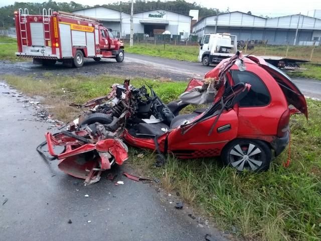 8392c8d6 389d 40c2 9347 55a2df96bebf - Duas pessoas morrem em grave acidente entre carro e caminhão