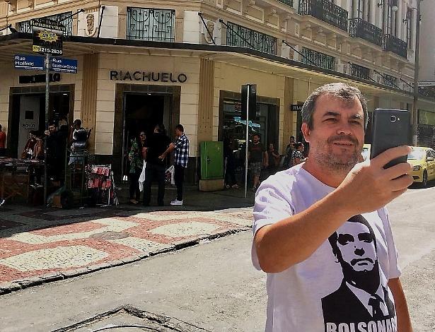 8set2018 o policial walter de barros 49 tira um selfie em frente ao local onde bolsonaro foi atacado 1536452328742 615x470 - Rua em Juiz de Fora vira ponto turístico após atentado contra Bolsonaro
