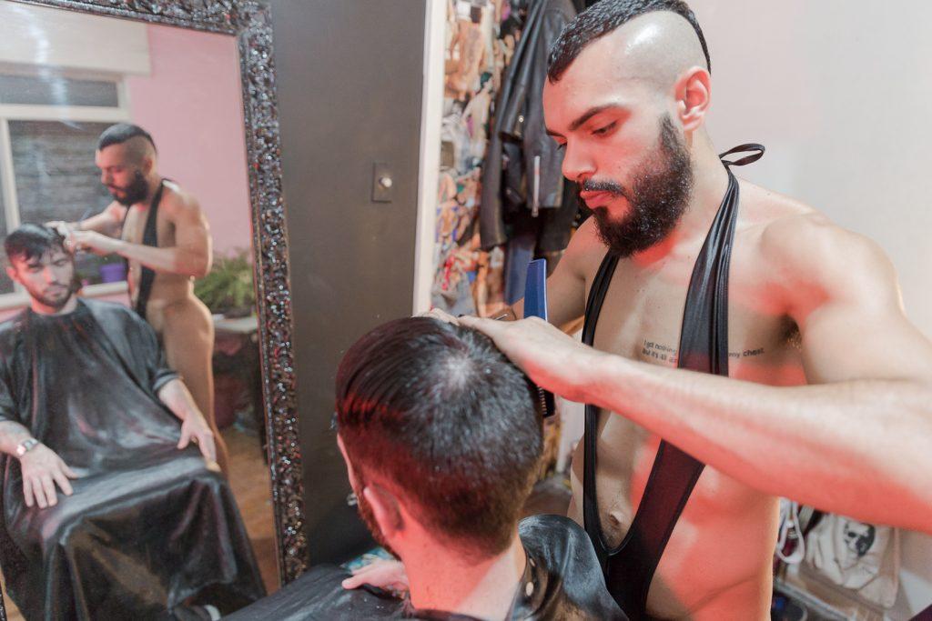 """Rafael Rosa Cabeleireiro Nu 25 1024x683 - PELADÃO: Barbeiro corta cabelo nu e, às vezes, rola """"algo mais"""""""