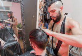 """PELADÃO: Barbeiro corta cabelo nu e, às vezes, rola """"algo mais"""""""