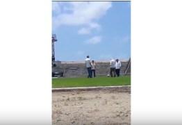 Luiz Couto 'pisa na bola' e cai durante gravação da campanha do PSB – VEJA VÍDEO!