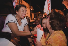 Cida Ramos arrasta multidão em caminhada no bairro do Roger