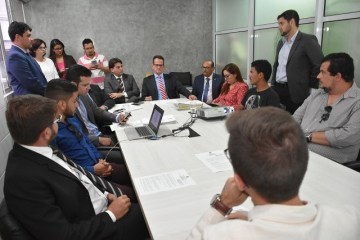 Grupo apresenta proposta criada no HackFest a presidente da CMJP