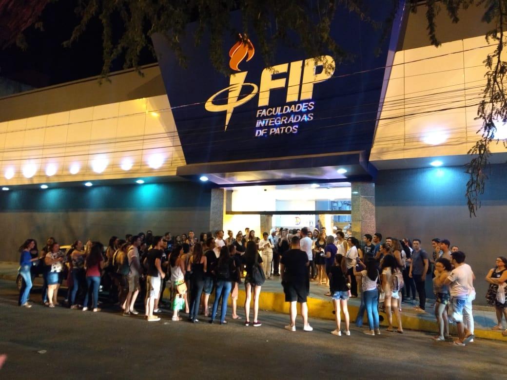 WhatsApp Image 2018 09 29 at 12.05.58 - ELAS SIM! Estudantes saem às ruas contra demissão de professoras da FIP que aderiram ao movimento #ELENÃO - VEJA VÍDEOS