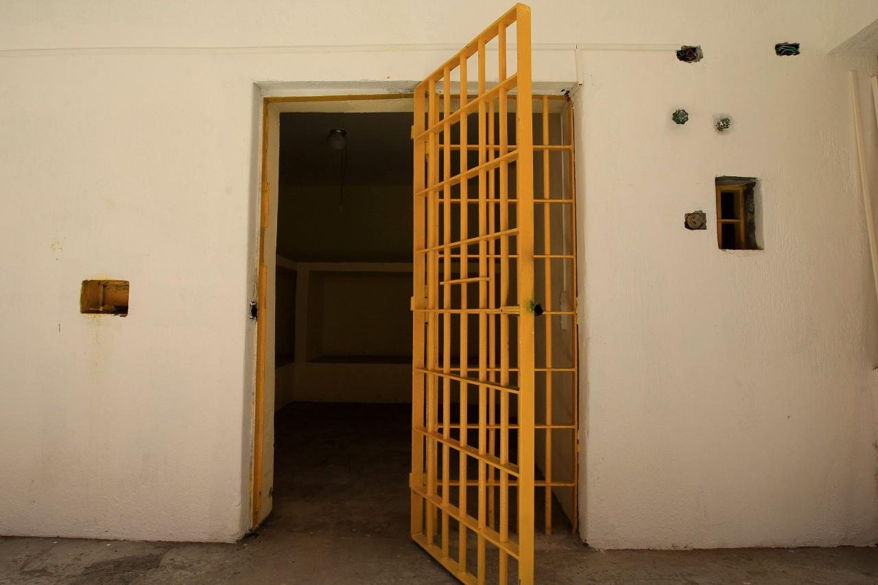 f 425828 - LIBEROU GERAL: Bêbado, carcereiro solta oito criminosos de cadeia