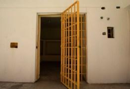LIBEROU GERAL: Bêbado, carcereiro solta oito criminosos de cadeia