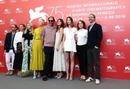 Diretor causa polêmica ao cobrir decote da atriz de '50 Tons de Cinza'