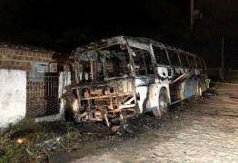 Ônibus fica destruído após incêndio na Zona Sul de João Pessoa