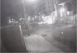 VEJA VÍDEO: câmeras de segurança flagram o momento em que um veículo é tomado por assalto em JP