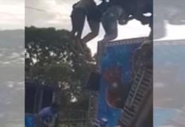 VEJA VÍDEO: Dez crianças ficam penduradas após brinquedo de parque de diversão travar