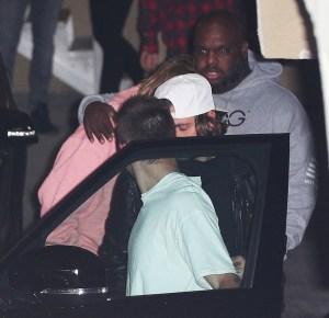 SPL5032388 001 300x290 - Justin Bieber é flagrado abalado e consolado por amigos após internação de Selena; veja fotos