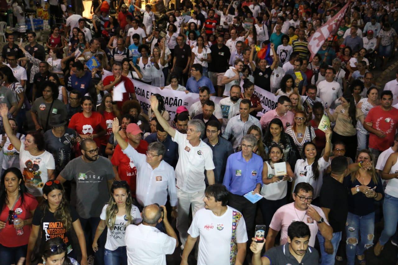 Em caminhada, João e RC defendem democracia durante manifestação do livro