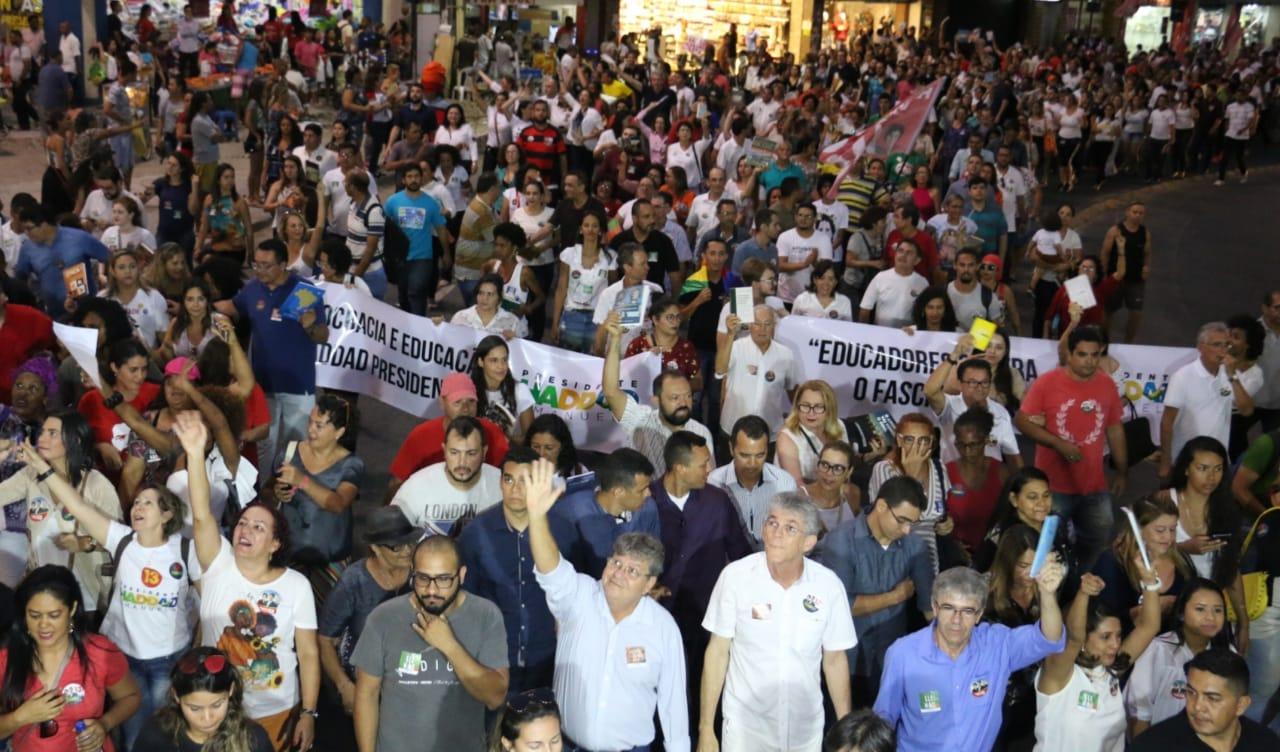 WhatsApp Image 2018 10 15 at 20.20.02 - Em caminhada, João e RC defendem democracia durante manifestação do livro