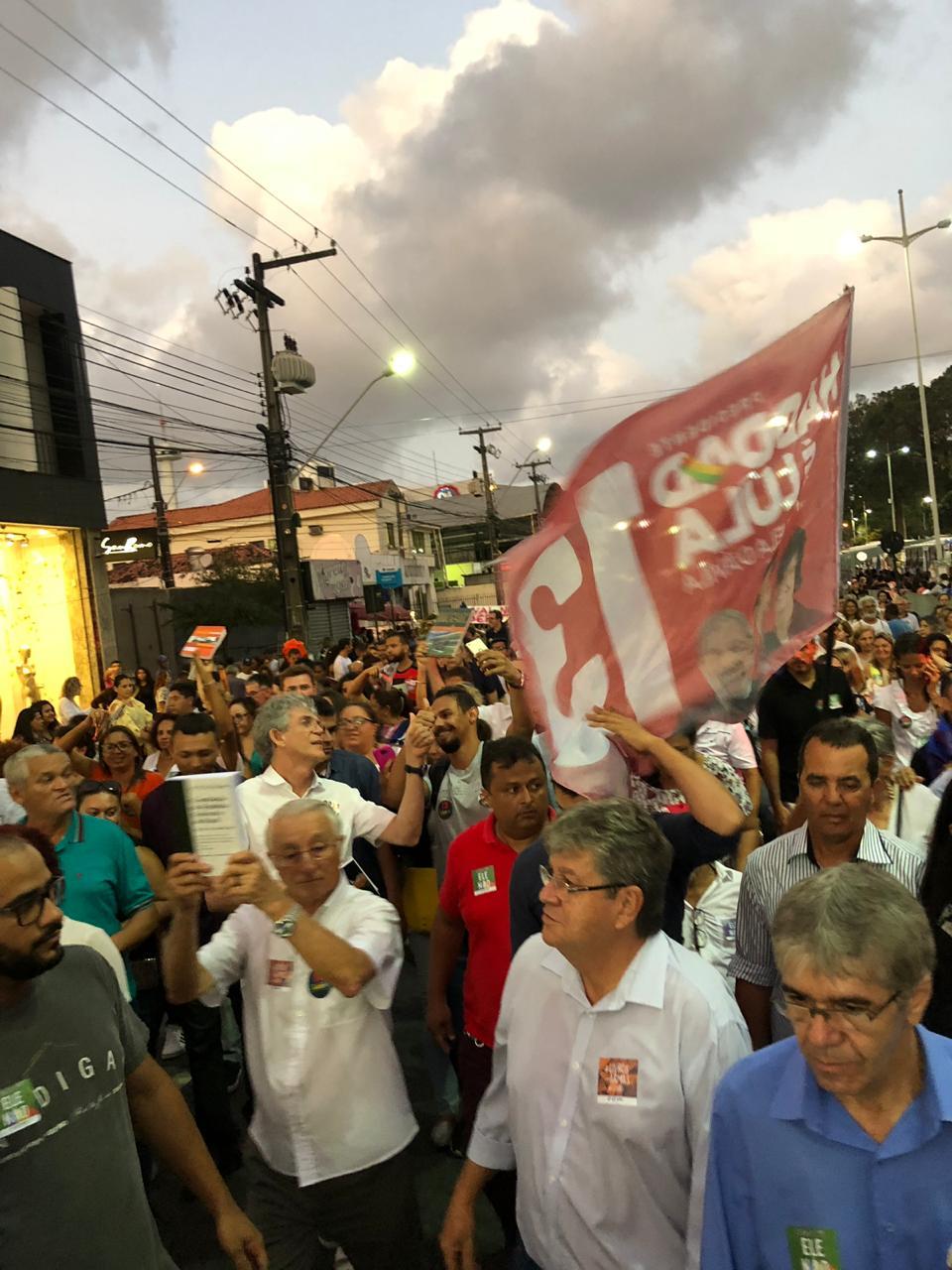 WhatsApp Image 2018 10 15 at 20.20.04 - Em caminhada, João e RC defendem democracia durante manifestação do livro