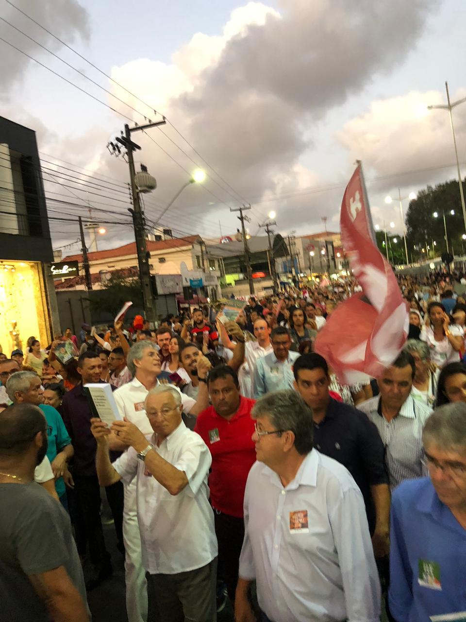WhatsApp Image 2018 10 15 at 20.20.05 2 - Em caminhada, João e RC defendem democracia durante manifestação do livro