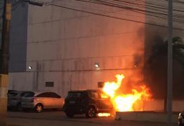 VEJA VÍDEO: carro pega fogo no bairro do Bessa, na tarde desta segunda-feira