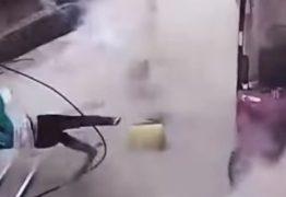 IMAGENS FORTES: Vídeo mostra o exato momento em que bebê é arremessado após explosão de pneu de carreta