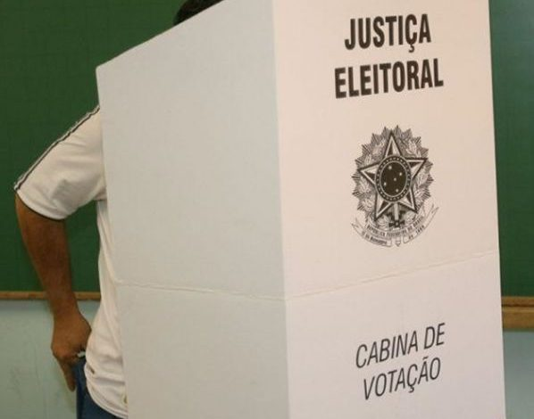 cabine de votação 598x470 - Eleitor é preso após supostamente fotografar voto em cabine de votação