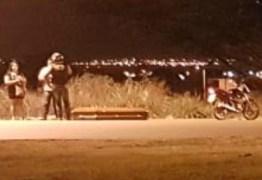 Caixão cai de carro funerário no meio de avenida e motorista segue viagem