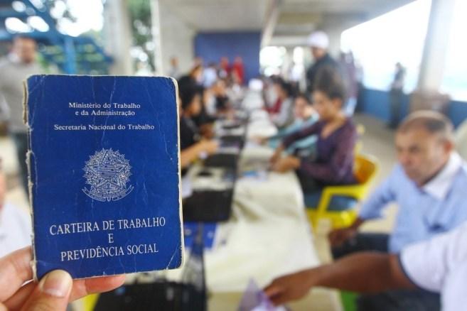 carteira claudio vieira 300x200 - Sine encaminha 4,3 mil pessoas ao mercado de trabalho em 2018, em João Pessoa