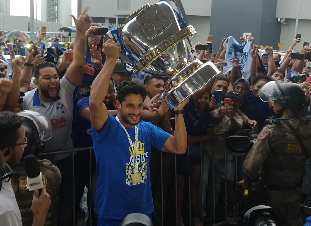dpzf1pyxcaarsaw - Com a taça da Copa do Brasil na mão, Cruzeiro é recebido nos braços da torcida