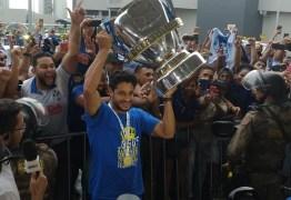 Com a taça da Copa do Brasil na mão, Cruzeiro é recebido nos braços da torcida