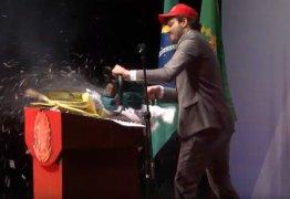 VEJA VÍDEO: Danilo Gentili usa motoserra para destruir processos do PT contra ele