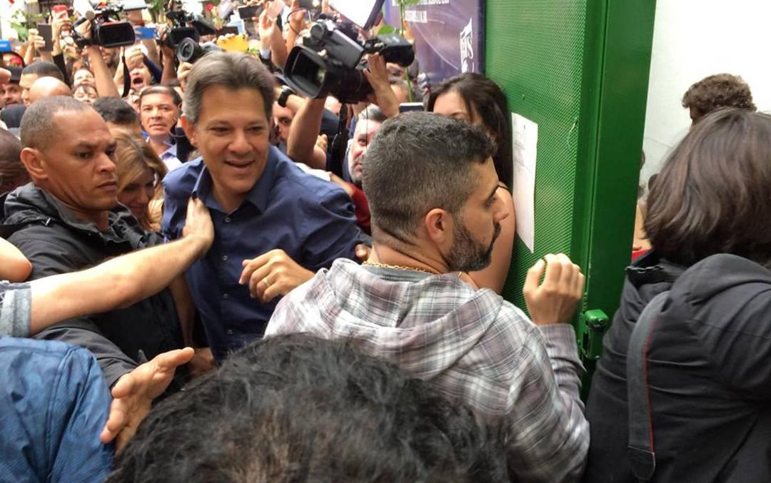 haddad 11 - VEJA VÍDEO: Acompanhado da esposa, Haddad vota em escola de São Paulo