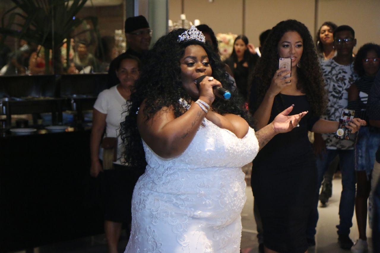 jojo todynho - De noiva, Jojo Todynho finge casamento para realizar festa surpresa