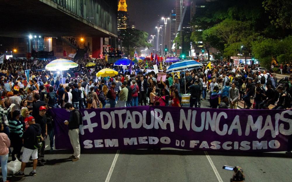 paulista1 - Movimentos sociais bloqueiam trecho da Av. Paulista em ato contra Bolsonaro