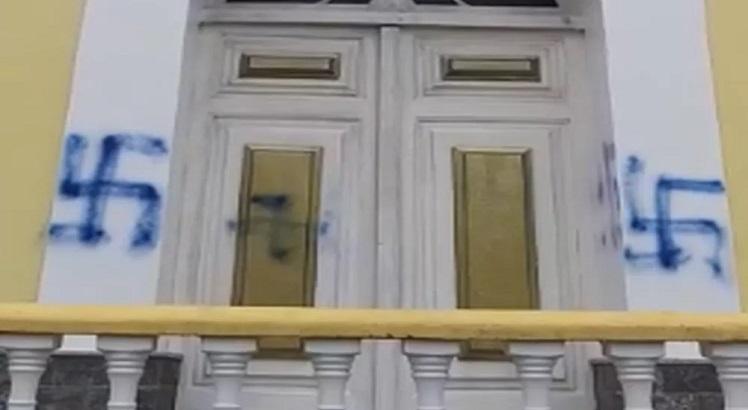 POLÍCIA CIVIL: Pichadores de suástica em igreja no RJ são contrários a Jair Bolsonaro