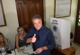 Candidato a presidência Alvaro Dias vota no Paraná