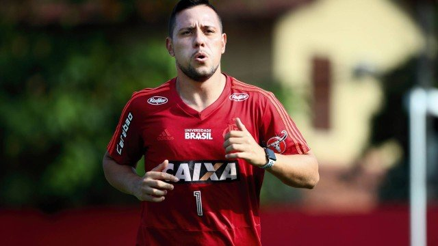 xdiego alves.jpg.pagespeed.ic .6kCg78us9W - Goleiro Diego Alves sofre entorse no joelho direito e vai desfalcar o Flamengo