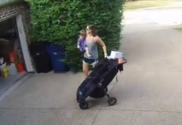 VEJA VÍDEO: Mãe dá as costas para filha e menina se pendura em portão elétrico
