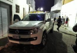 Bandidos invadem casa, fazem reféns e trocam tiros com a PM; dois são presos
