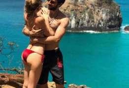 Chay Suede e Laura Neiva posam em clique romântico