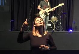 VEJA VÍDEO: Futura primeira-dama, Michelle Bolsonaro traduz música para libras em culto evangélico