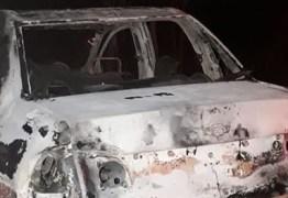 Homens são baleados e têm corpos queimados dentro de carro, na PB
