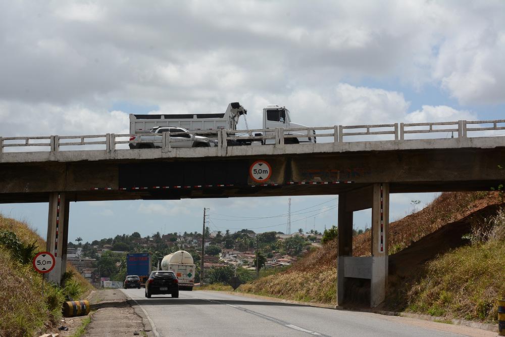 VIADUTO - EM VÁRZEA NOVA: Carro cai de viaduto e deixa uma pessoa morta e outra ferida