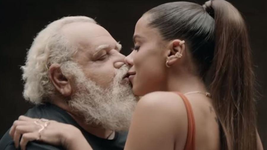 anitta beija idoso - Anitta diz que não sabia quem eram as 24 pessoas que beijou em novo clipe: ASSISTA